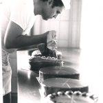 Bäcker Bachmeier Konditor dekoriert Kuchen