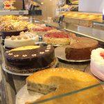 Bäcker Bachmeier Kuchen in Theke