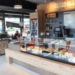 Bäcker Bachmeier Marktl Theke und Blick nach draußen