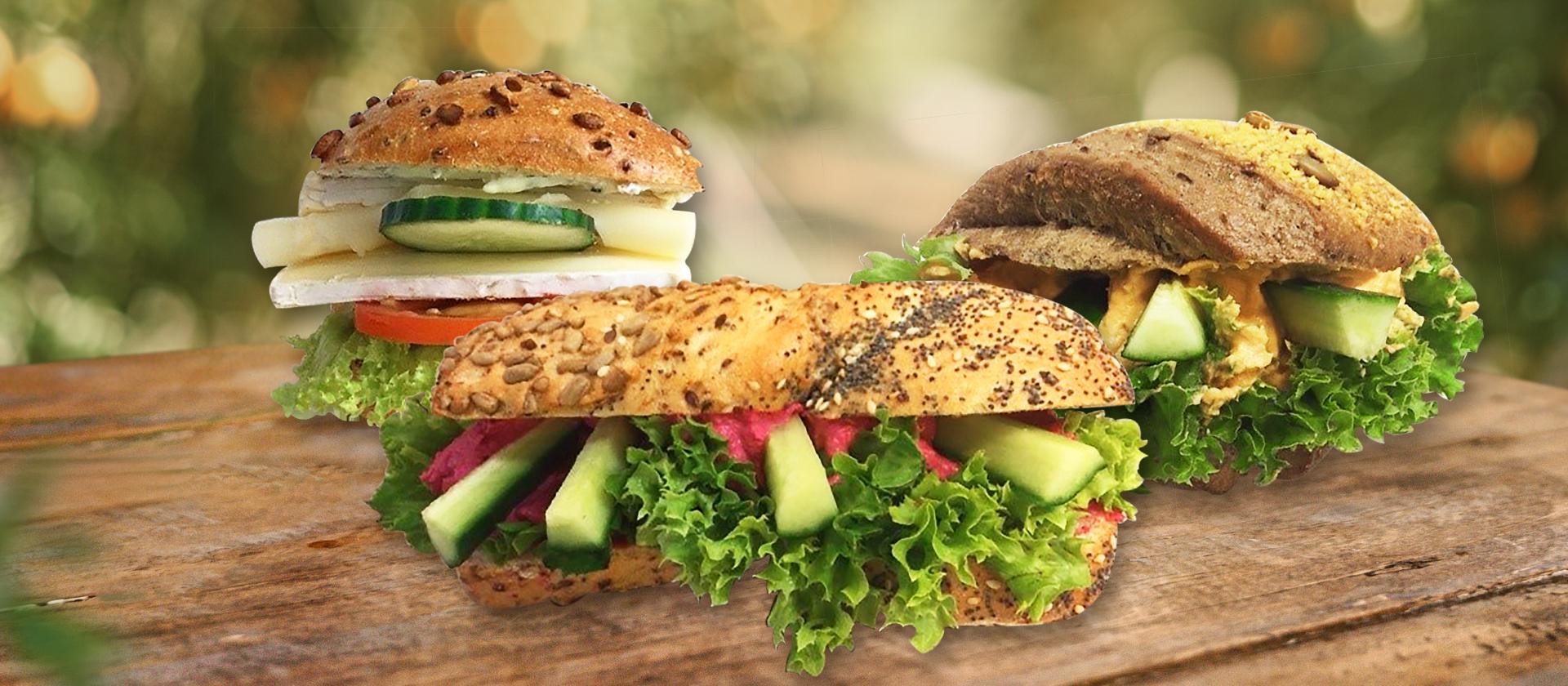 Unsere neue Sandwiche auf einem Holzisch.