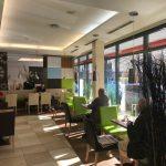 Bäcker Bachmeier Waldkraibrug Sitzgelegenheiten und Blick nach draußen